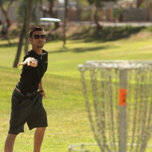 how-to-play-disc-golf-putting-at-a-basket